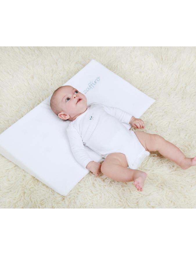 Dojčenský semiškový vankúš - klin s vetracími otvormi sivý